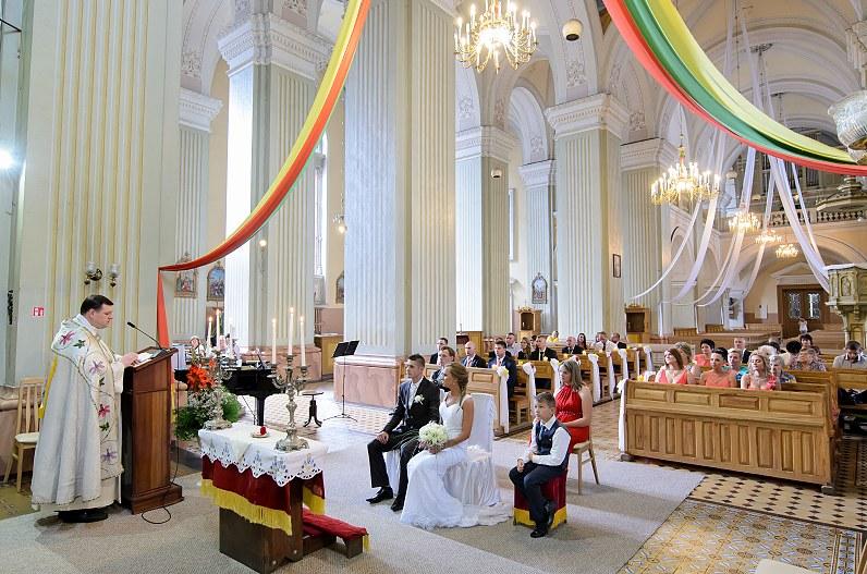 Vestuvių ceremonija oniškio Švč. Mergelės Marijos Ėmimo į dangų bažnyčioje