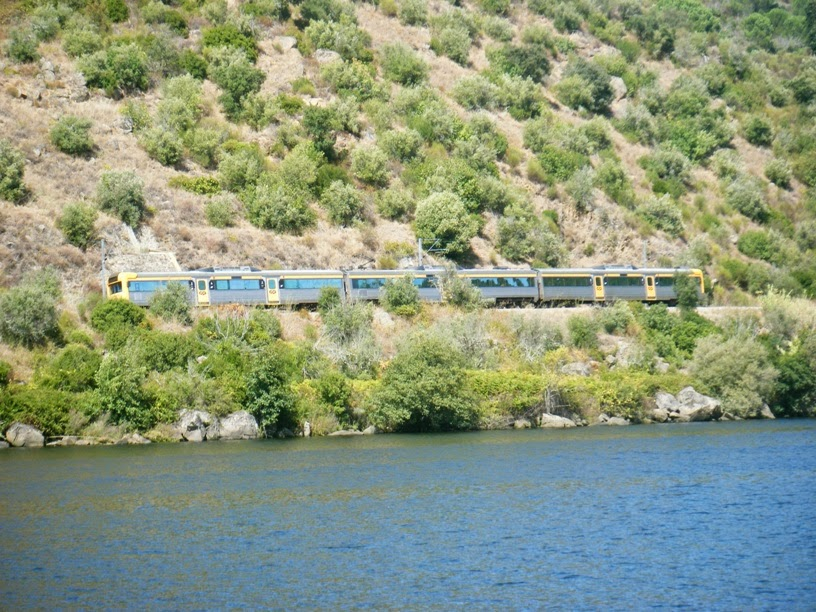 Passagem do Comboio junto á praia Fluvial do Alamal