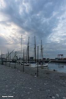 Fotografia céu dramático sobre veleiro