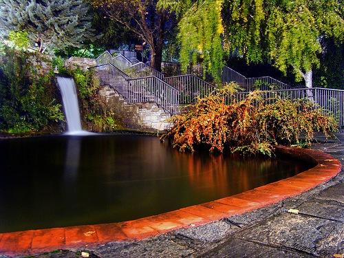Η πισίνα στο πάρκο των καταρρακτών το βράδυ