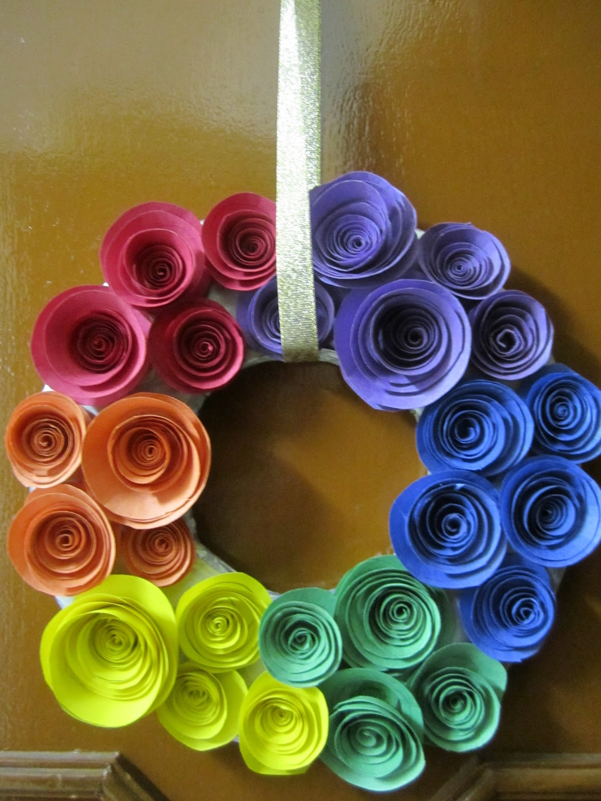 Bee 39 s and san 39 s diy rainbow coloured paper rose wreath for Diy colored paper