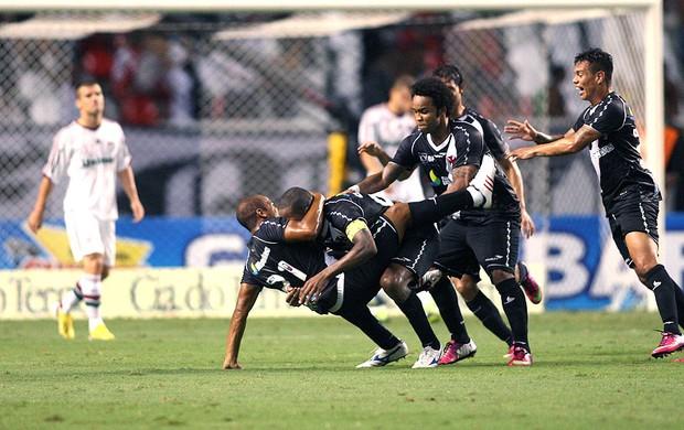Em clássico emocionante, Vasco vira com gol de Dedé e elimina Flu