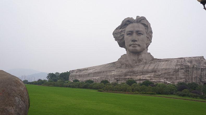 Cabeza gigante de Mao Zedong se asoma sobre la ciudad donde descubrió el comunismo