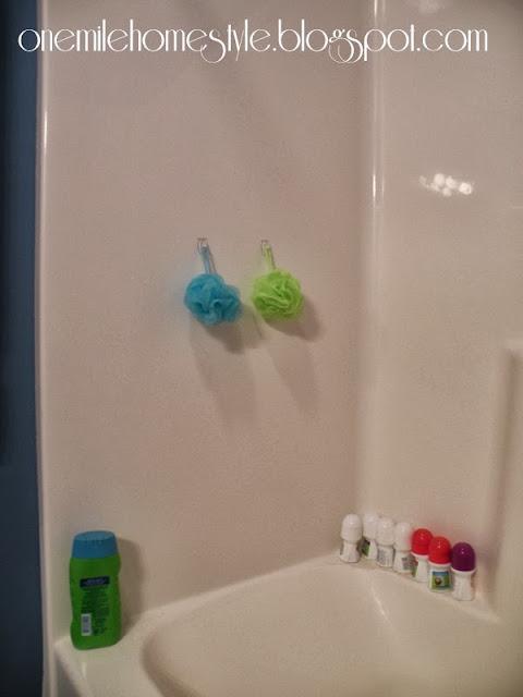 Clear command hooks to organize bath sponges