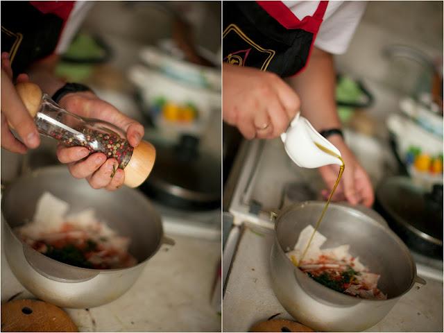 добавляем в чипсы молотый перец и оливковое масло