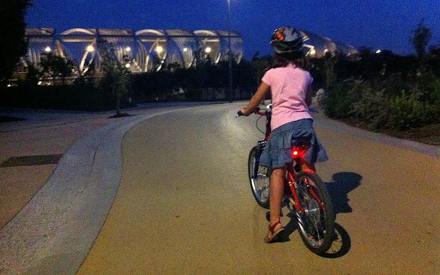 Un paseo veraniego en bici por la noche