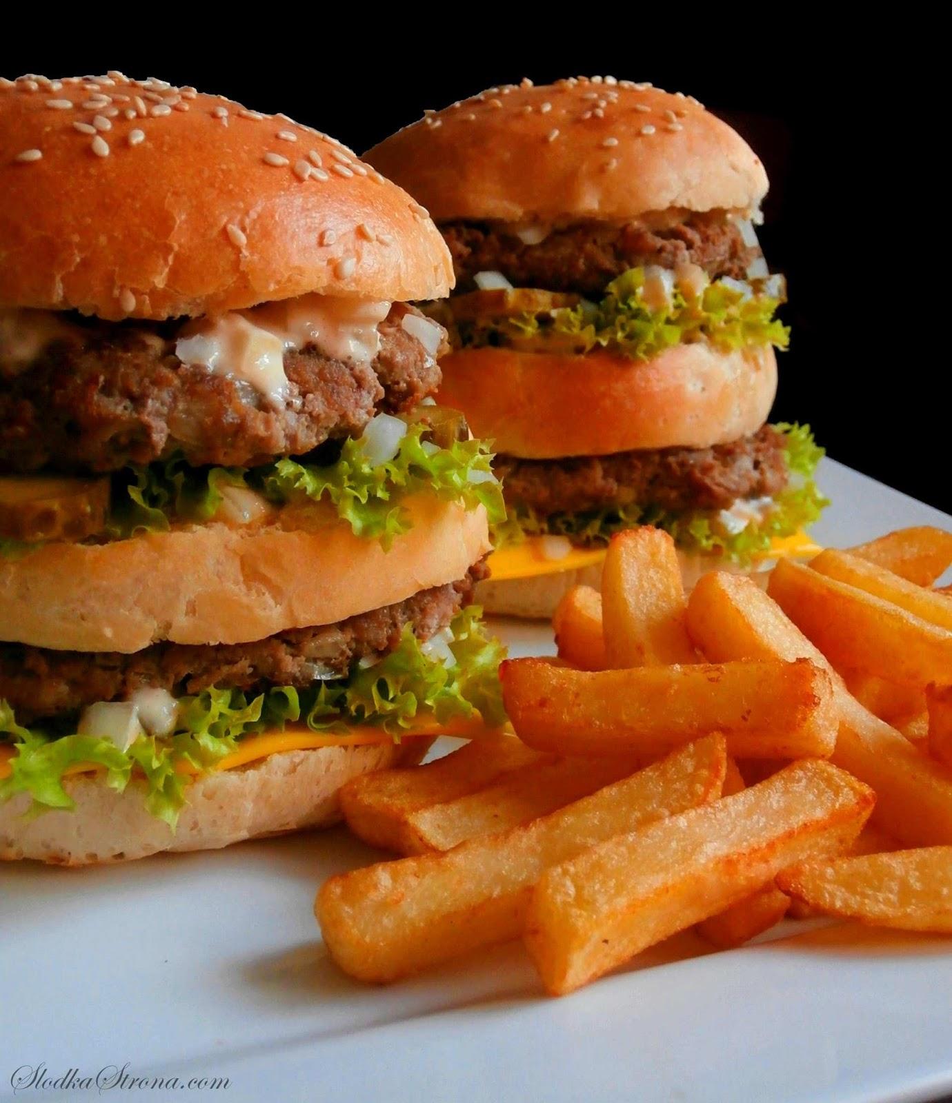"""Domowy Big Mac - Przepis - Słodka Strona, Big Mac to jedna z najpopularniejszych i najbardziej lubianych kanapek z McDonald's - Big Mac jest niemal wizytówką McDonald'sa. Charakteryzuje go duża, składająca się z 3 części bułka, podwójna porcja mięsa wołowego oraz warzywa takie jak: ogórek konserwowy, sałata oraz cebula.  Jego wyjątkowego i charakterystycznego smaku nadaje również """"Sos Big Mac"""", który znajdziemy we wnętrzu hamburgera.   Uwielbianego przez wielu Big Mac'a możemy przygotować w wersji domowej - jest on równie smaczny jak ten z McDonald's i przede wszystkim mamy pewność, że wiemy co jemy. Big Mac to jedna z najpopularniejszych i najbardziej lubianych kanapek z McDonald's. Wyjątkowego i charakterystycznego smaku Big Maca nadaje mu m.in. """"Sos Big Mac"""", który znajdziemy we wnętrzu hamburgera. Receptura oryginalnego """"królewskiego sosu"""" jest oczywiście tajemnica restauracji, jednak na podstawie smaku oraz składników wyczuwalnych w dipie można przygotować sos bardzo zbliżony do oryginału. Jest on równie smaczny jak ten z McDonald's i przede wszystkim mamy pewność, że wiemy co jemy. sos do big maca, domowy sos do big maca, sos do big maca przepis, domowy sos do big maca przepis, domowy big mac, domowy big mac przepis, jak zrobic sos do big maca, jak zrobic big maca, big mac z mcdonalda, mcdonald, big mac z mcdonalda przepis,"""