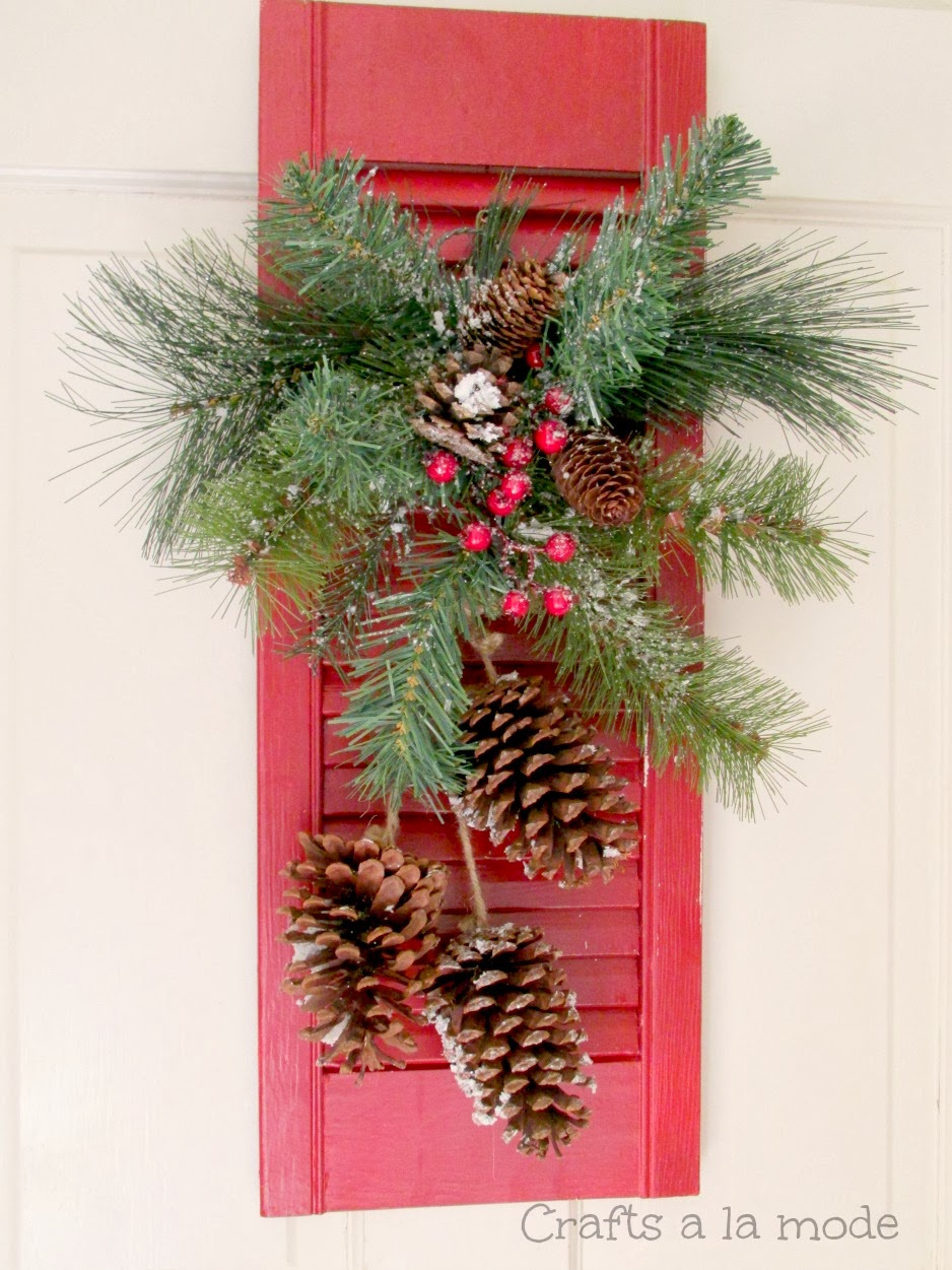 Red shutter christmas door decoration crafts a la mode for Decoration usine vintage