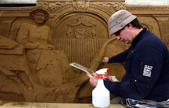 La reina de Inglaterra hecha con arena: escultura