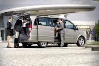 minivan de Transfer recoge a clientes en aeropuerto