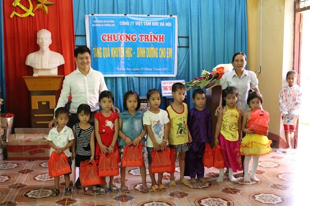 Giám đốc Dương Văn Bốn và Cô Chủ tịch xã Trường Sơn trao quà cho các cháu thiếu nhi