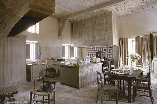 kitchen - image by Bernard Touillon via cotemaison fr,  Août-Septembre 2005, Maison Famille, La Nouvel Le Vie d Un Mas En Provence as seen on linenandlavender.net - http://www.linenandlavender.net/2014/01/backtoprovence.html