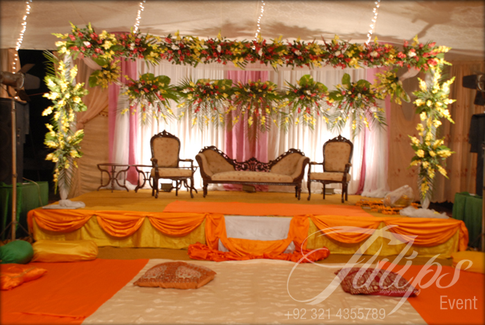 Mehndi Stage Decoration With Flowers : Simplicity is the keynote of all true elegance mehndi