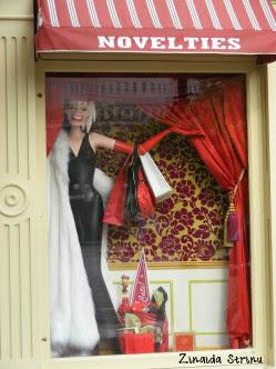 paris-disneyland-invitatie-la-cumparaturi-cruelle-devill