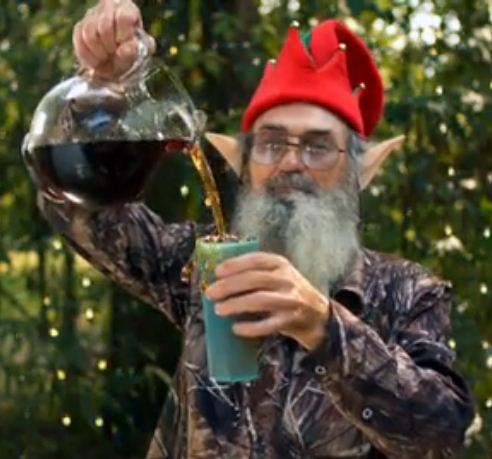 Uncle Si pouring himself a cup of sweet tea in elf costume