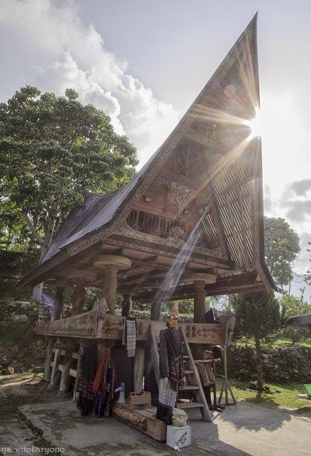 Sigale-gale di Depan Rumah Adat Batak