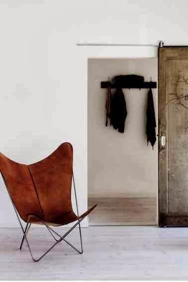 Białe wnętrze i krzesło butterfly pokryzie skórzane