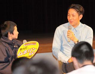 質問コーナーで子供とトークする川崎(右)