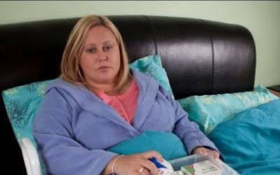 Mulher fica paralisada após espirrar