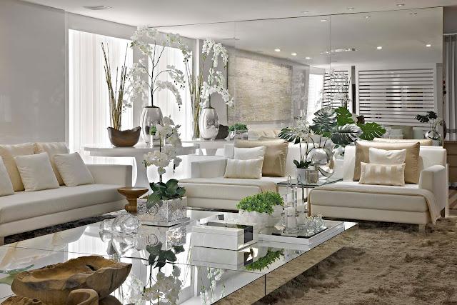 decorar sala branca:Olha que sala sofisticada, moderna, aconchegante e linda! Espelho
