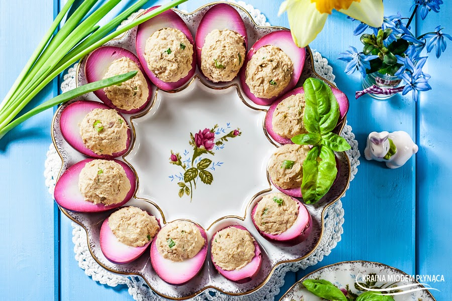 marynowane jajka, różowe jajka, wielkanocne jajka, jajka z pastą, pasta z tuńczyka, pasta z jajek i tuńczyka, pasta jajeczna z tuńczykiem, ozdobne jajka, kraina miodem płynąca
