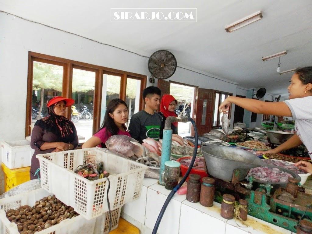 suasana di dalam pasar ikan pantai depok