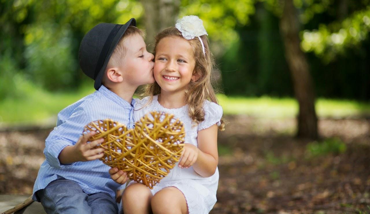 Gambar lucu bayi-bayi romantis berciuman di taman