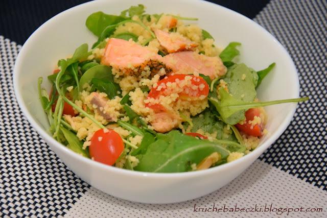 Szybka sałatka z kuskusem, rukolą, pomidorem i łososiem wędzonym