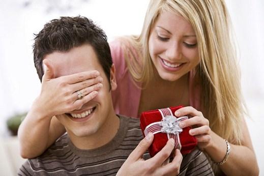 Как мужчина относится к подарку от женщины 228