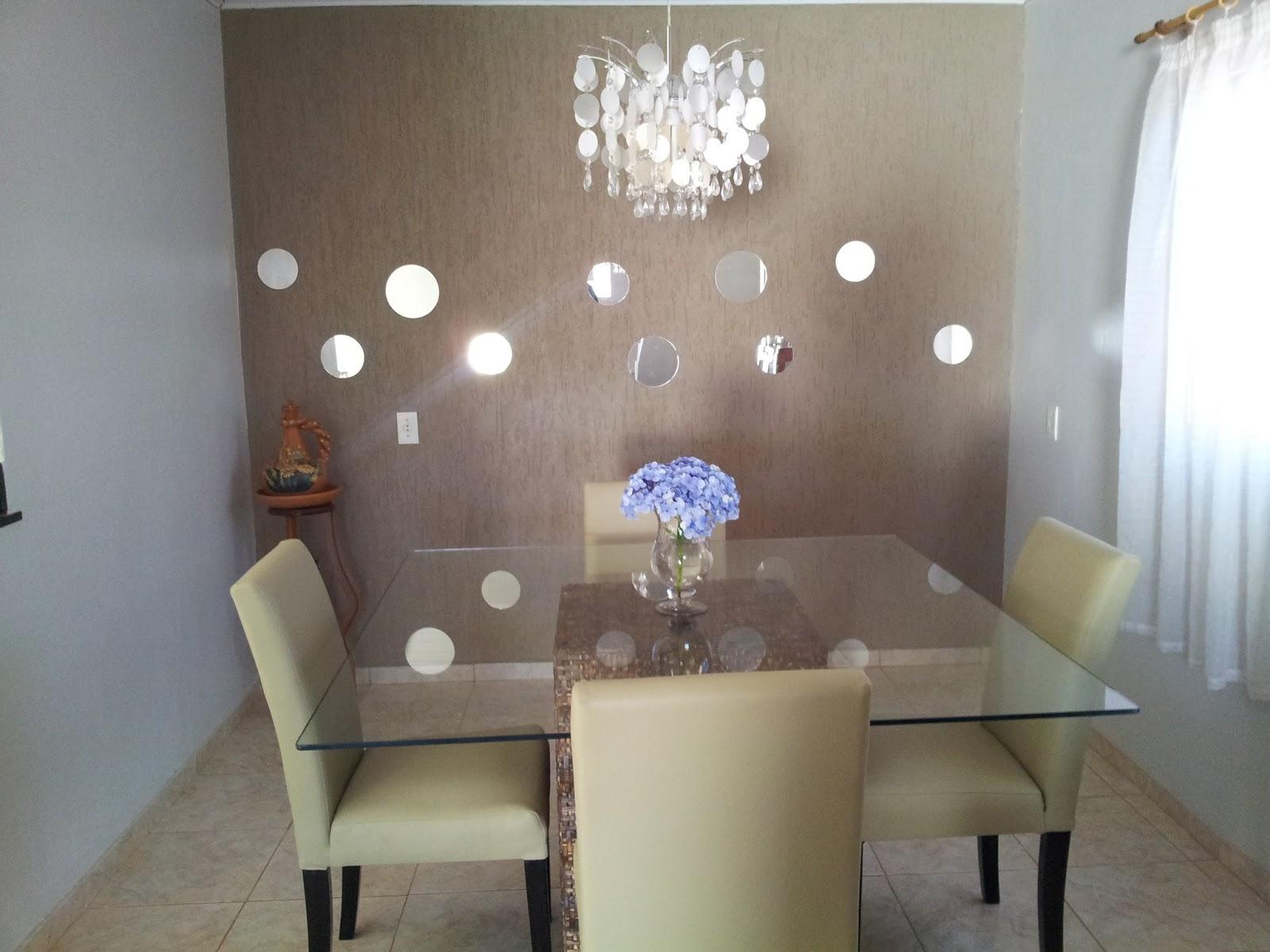 de espelhos com silicone numa parede com grafiato que deu um pouco de #4E5A7D 1600x1200 Banheiro Com Parede De Grafiato