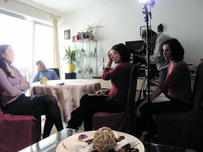 Kamera, Journalisten, Kameramann, Interviewte, Dolmetscherin (Autorin dieser Zeilen)..