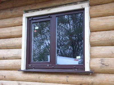 Сегодня мы продолжим разговор о новом строительстве деревянного загородного дома и об его благоустройстве. Как грамотно установить пластиковые окна в Ваш новый дом из бруса?  В этой статье мы рассмотрим все методы установки пластиковых окон ПВХ в деревянном доме.