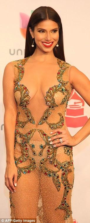 روزلين سانشيز تبدو مذهلة في ثوب يظهر تقاصيل جسدها الرائع