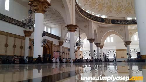 Samsung Galaxy S4 dijajal dalam ruangan dalam Masjid Raya Mujahidin (Jumat 7 Agustus 2015).  Foto Asep Haryono
