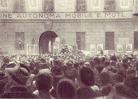 Milano, 17 dicembre 1944, Mussolini davanti alla caserma della Legione Muti