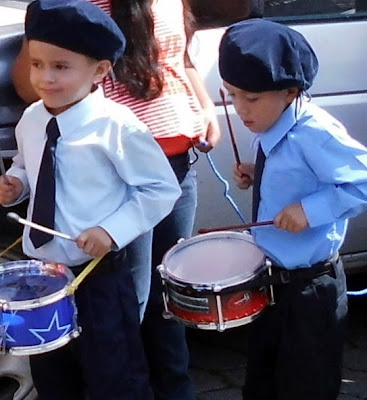 Desfile Fiestas Patrias, niños tocando tambór, desfile