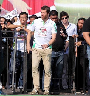 Xabi Alonso with Real Madrid fans in Jakarta