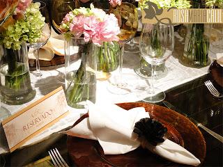 sousplat bronze e dourado, guardanapos de linho, porta guardanapo de flor de tecido, placa reservado, decoração