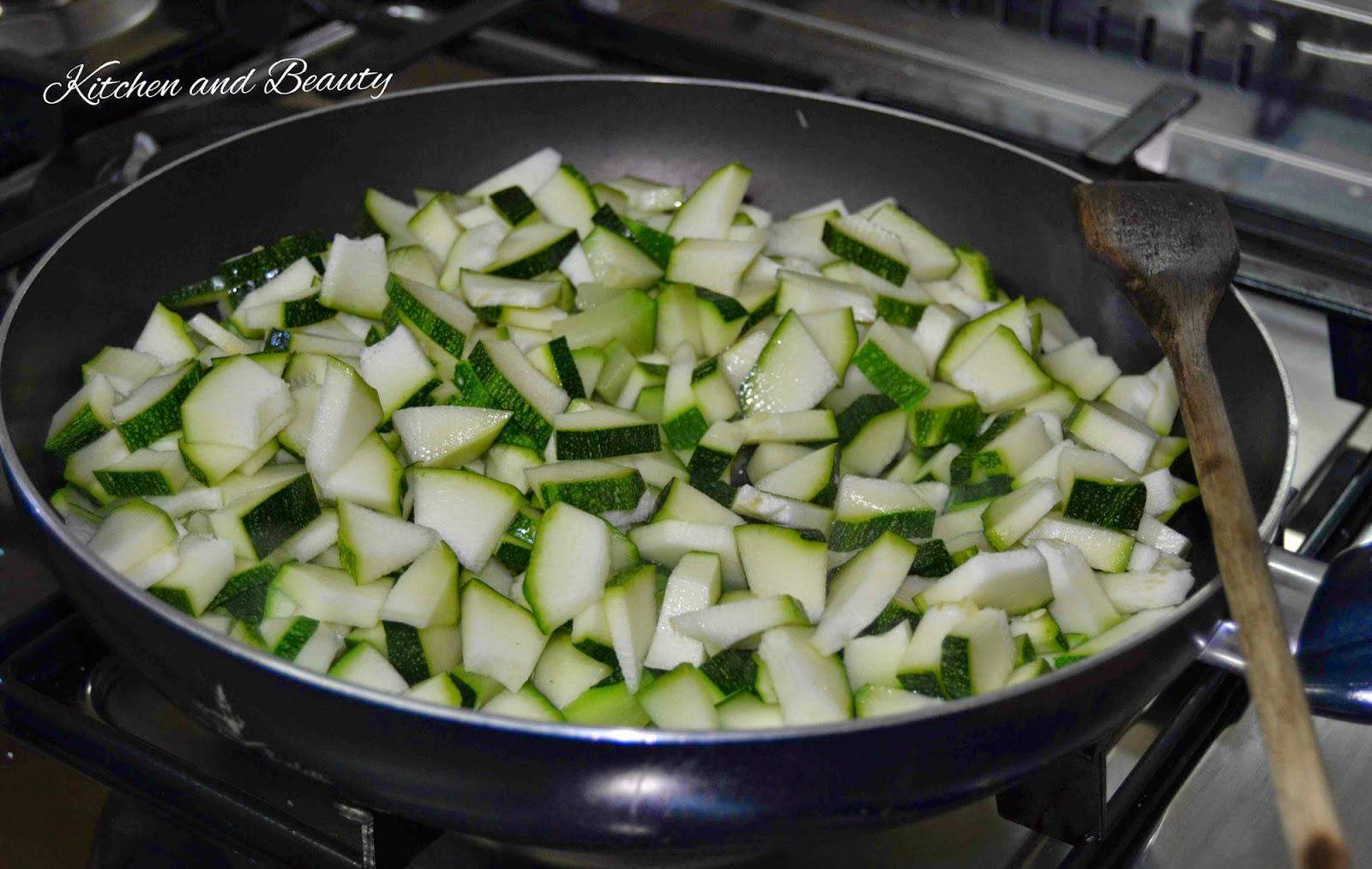 gigli panarese con crema di zucchine e prosciutto crudo.