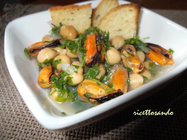 Zuppa di cozze e ceci ricetta di pesce servita con prezzemolo