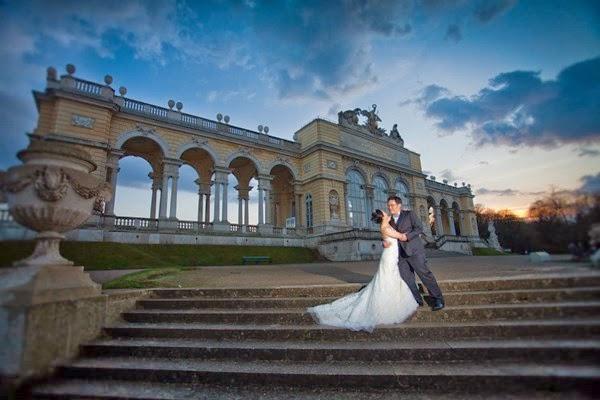 Pre Wedding dengan Background Candi atau Gerbang