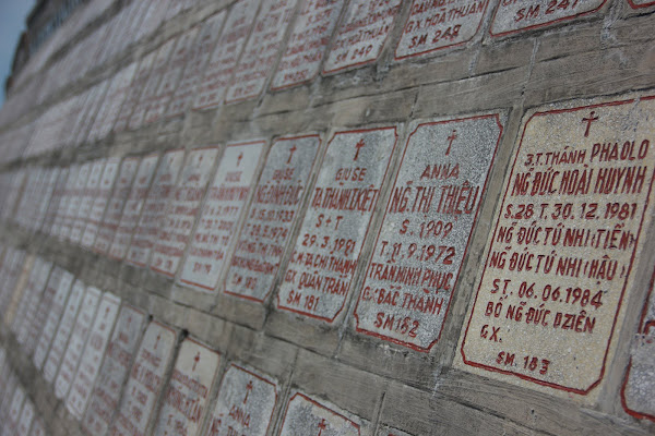 Lapidas en la catedral de Nha Trang