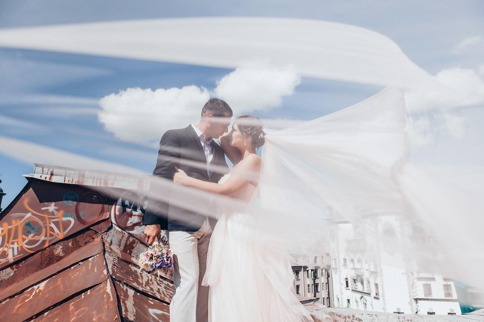жених и невеста на крыше Питера