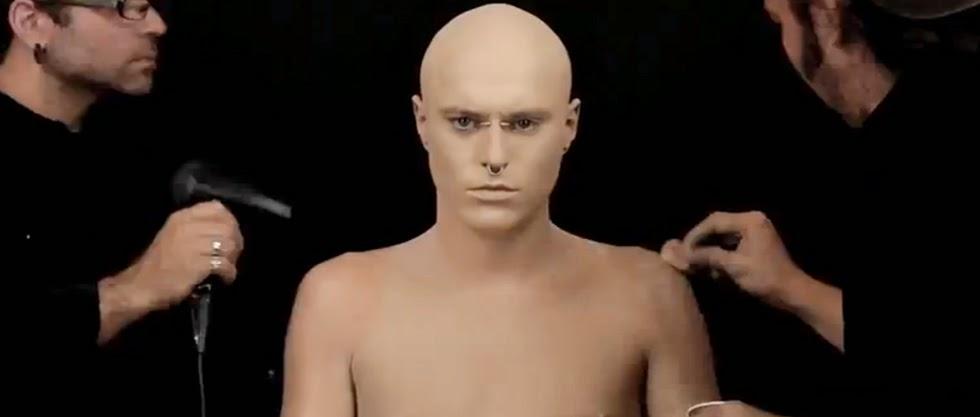 El hombre más tatuado del mundo se maquilla (Video)