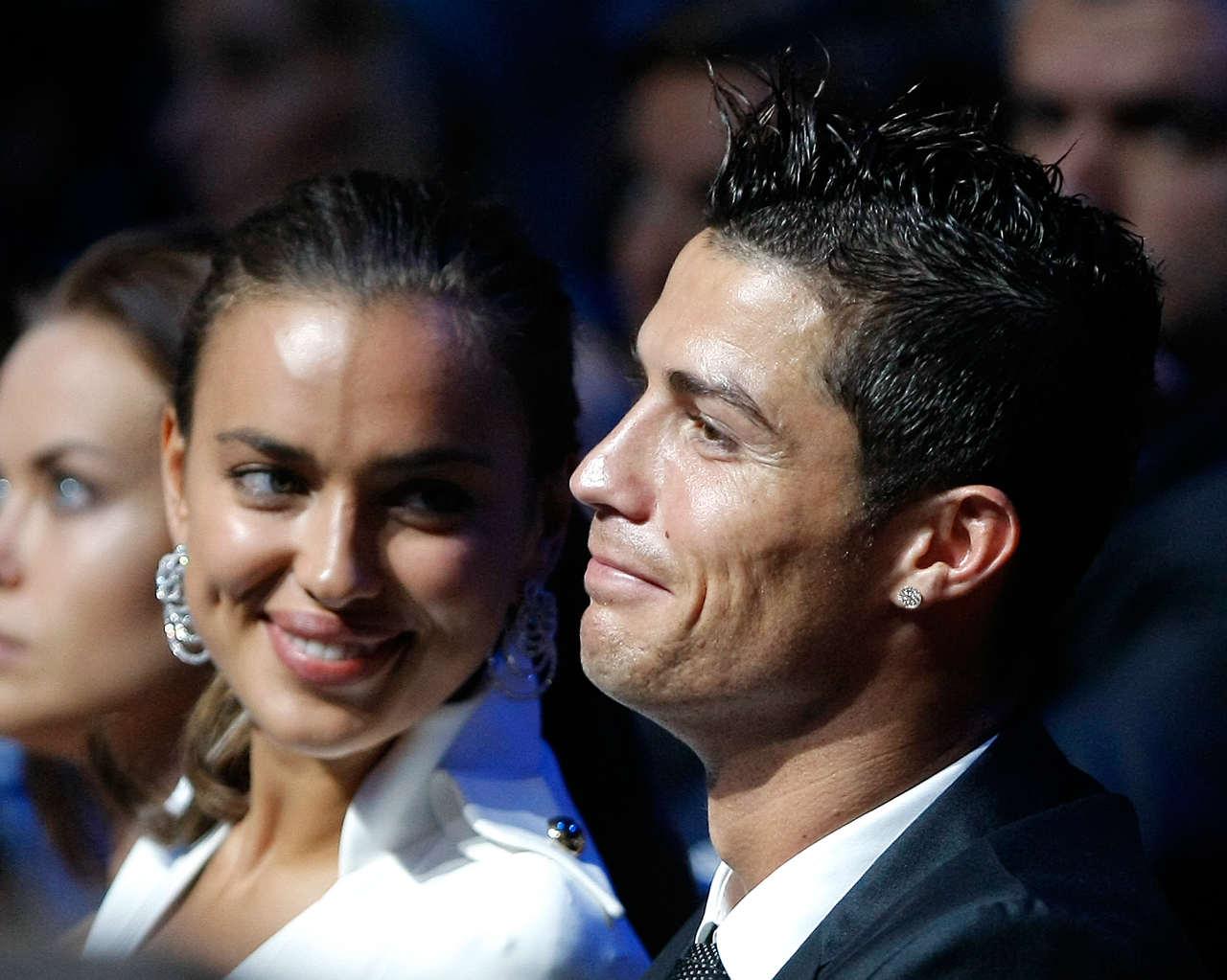 http://2.bp.blogspot.com/-WZ4PgIiNiZY/UEDv5H7n7BI/AAAAAAABCF4/7L-CdFyw0n4/s1600/Cristiano-Ronaldo-e-Irina-Shayk-han-puesto-fin-a-los-rumores-que-hacia-.Lo-han-hecho-en-la-la-gala-de-la-UEFAcelebrada-en-Monaco.jpg