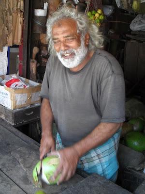 Разделка кокоса. Индус разрубает кокос