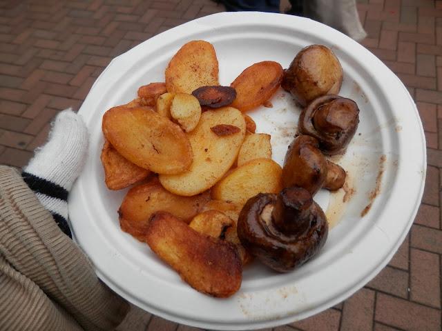 Vegan potatoes and mushrooms, Birmingham Christmas Market. What do vegans eat?  Out in Birmingham. secondhandsusie.blogspot.co.uk #ukveganblogger #birmingham