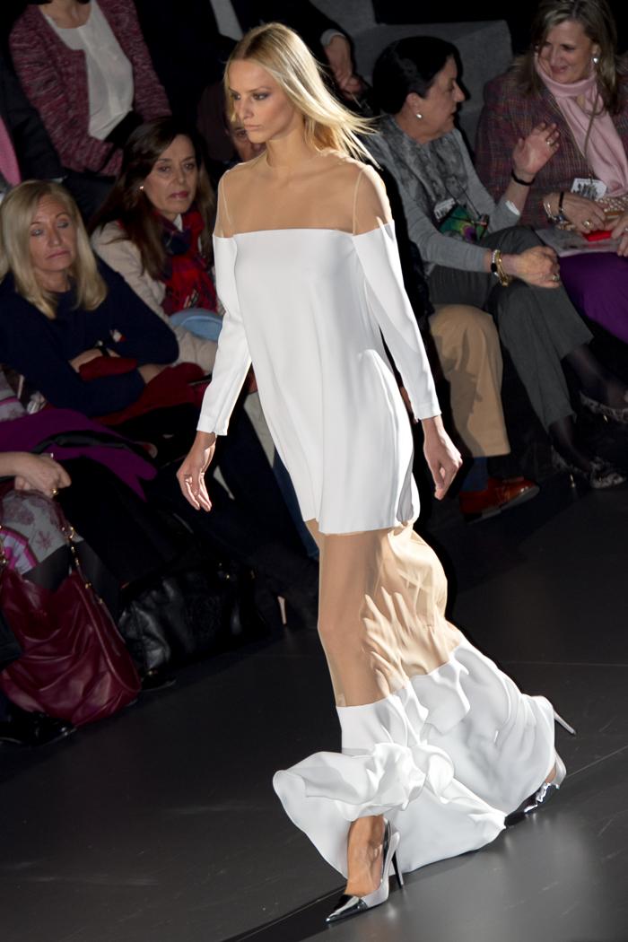 Maxi vestido blanco con transparencias Juana Martín colección otoño invierno 2015 desfile Madrid