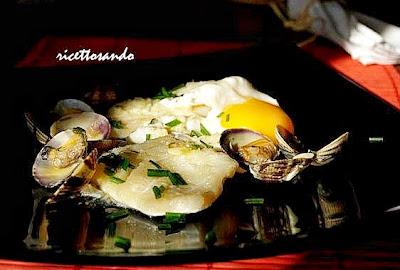Uova alla vasca ricetta della regine spagnola a base di merluzzo e vongole