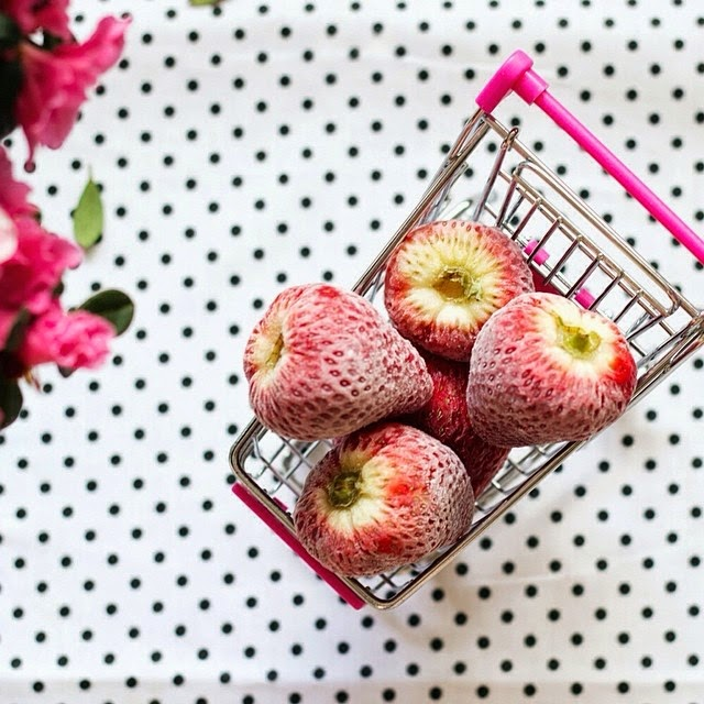 sashas-satisfashion-instagram, strawberry, fruit, little shopping-cart